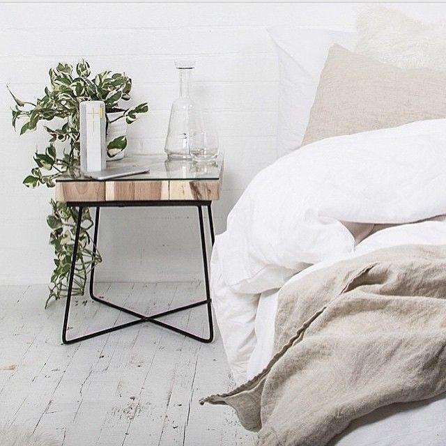 Thiết kế bàn để đầu giường chân sắt mặt gỗ và kính mộc mạc mà tinh tế