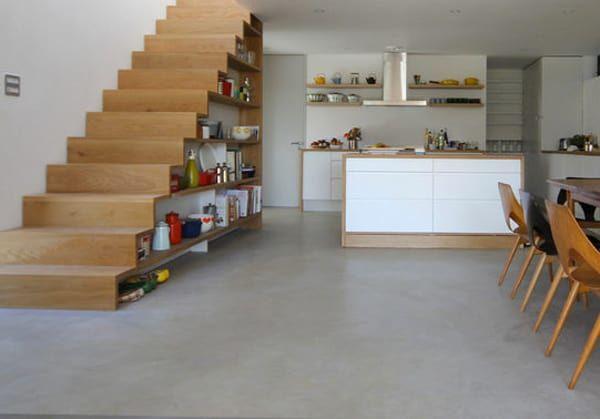 Kệ để gia vị dưới gầm cầu thang cho không gian bếp mở rộng và gọn gàng