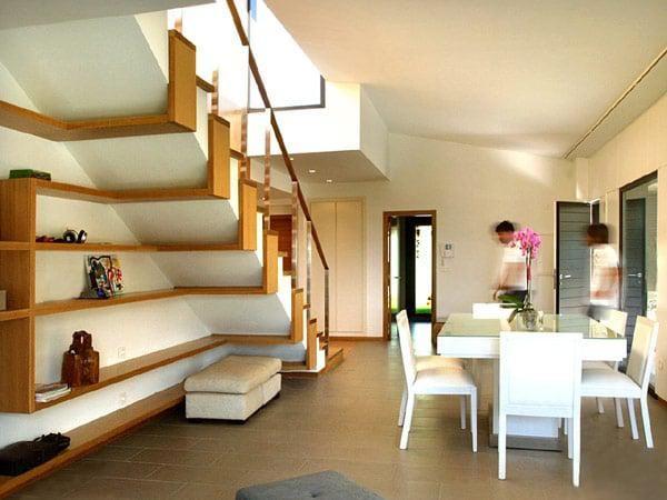Kệ dưới cầu thang đẹp tăng diện tích lưu trữ mà vẫn thông thoáng