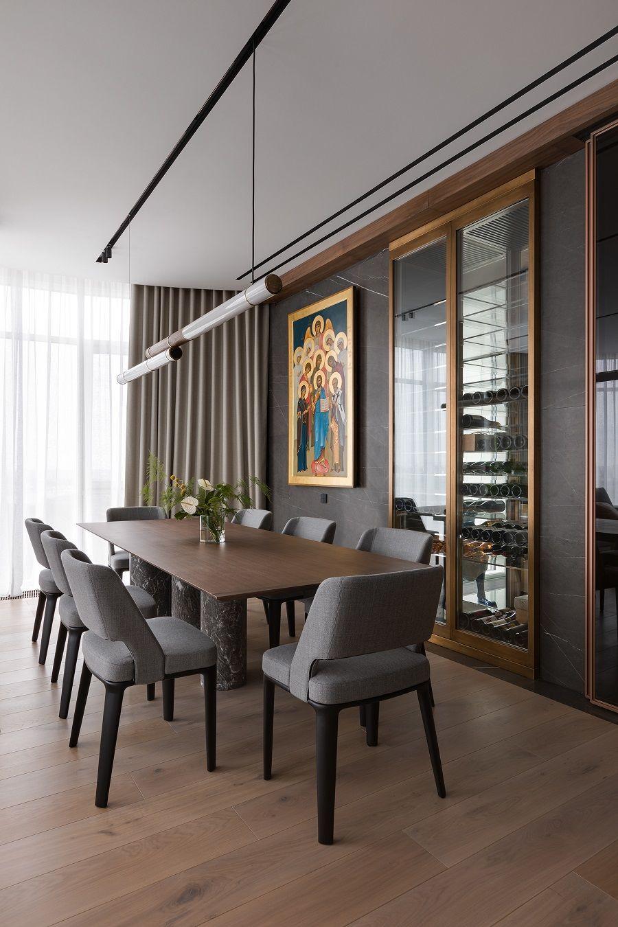 Tủ rượu âm tường gần bàn ăn tăng thêm sự sang trọng