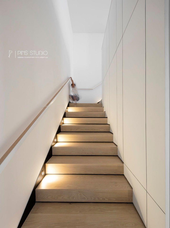 Bậc thang gỗ dẫn lên tầng trên sử dụng đèn led chiếu sáng