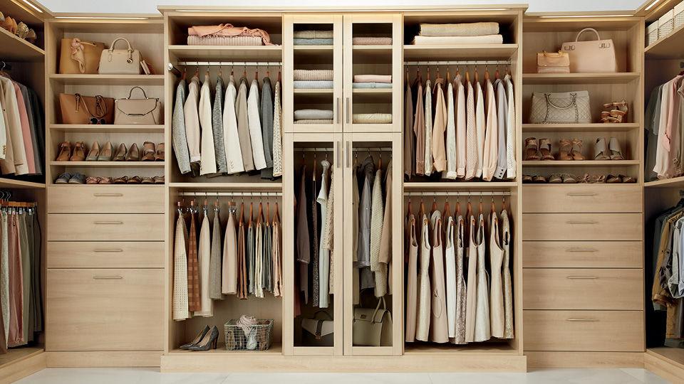 Quần áo được phân loại và sắp xếp theo từng loại mang lại cái nhìn gọn gàng